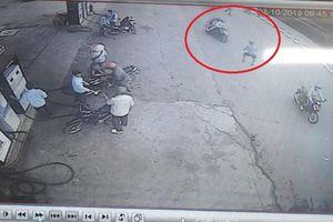 TP.HCM: Cô gái trong nhóm cướp đâm thủng phổi thanh niên truy cản