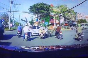 Kinh hoàng tài xế xe máy bắn lên trời sau cú tông cực mạnh vào ô tô