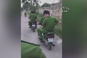 Nhóm người mặc sắc phục cảnh sát không mũ bảo hiểm, vi vu xe máy trên đường làng