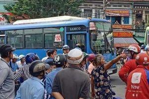 Lái xe buýt dùng hung khí tấn công tài xế GrabBike trước cổng bến xe ở Sài Gòn sau va chạm giao thông
