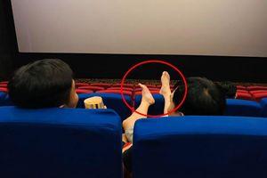 Người đàn ông với 'đôi chân hư' trong rạp chiếu phim và 'quả đắng' phải nhận sau đó