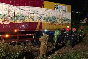 Cảnh sát nỗ lực đưa nạn nhân dưới gầm xe container ra ngoài