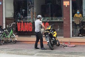 Thanh niên bịt mặt liều lĩnh xông vào cướp tiệm vàng