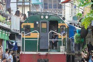 Hà Nội: Xôn xao thông tin đoàn tàu phải dừng đột ngột tại phố cà phê đường ray Phùng Hưng vì du khách chụp ảnh chạy không kịp