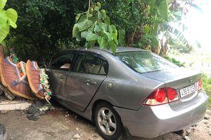 Honda Civic tông sập tường miếu Ông Hổ ở Sơn Trà, 2 người bị thương