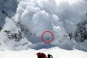 Đoàn leo núi sống sót thần kỳ sau khi bị nhấn chìm bởi trận lở tuyết khổng lồ