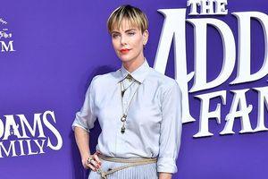 Bạn gái cũ của Brooklyn Beckham đọ sắc cùng 'chị đại' Charlize Theron