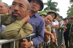 Người dân Thủ đô xếp hàng dài trước cổng VFF chờ mua vé trận Việt Nam - Malaysia