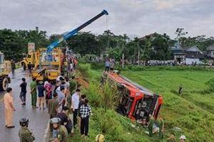 Xe khách chạy tuyến Việt - Lào lật nhào trên đường HCM, nhiều người thương vong