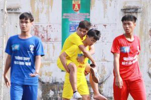 Khoảnh khắc đẹp của tình bạn tại giải bóng đá học sinh Hà Nội