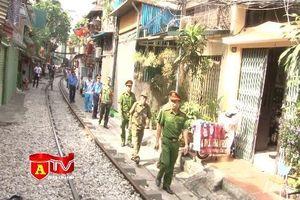 CAQ Hoàn Kiếm ra quân xử lý các vi phạm lấn chiếm hành lang đường sắt