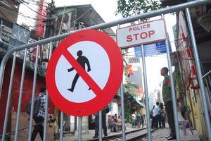 Công an chặn rào, hạn chế du khách vào phố đường tàu Phùng Hưng