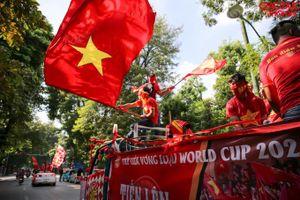Cổ động viên 'đốt cháy' nhiều tuyến đường tại Hà Nội trước giờ bóng lăn