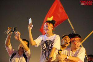 Đường phố rực màu đỏ mừng chiến thắng của tuyển Việt Nam
