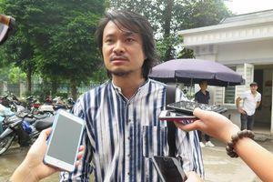 Vụ Tuần Châu Hà Nội kiện Việt Tú: Đạo diễn Hoàng Nhật Nam bật khóc ở cổng tòa