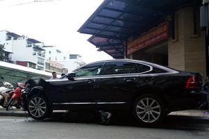 Hà Nội: Xe Volvo 'đè bẹp' xe máy ngay trước cửa hầm gửi xe chợ Hàng Da