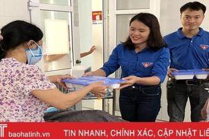 Trao 100 suất cơm tình thương cho bệnh nhân nghèo Bệnh viện Phổi Hà Tĩnh