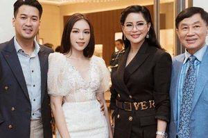 Đưa bạn gái về ra mắt nhưng nhan sắc đẹp lấn át cả nàng dâu tương lai của mẹ hai Phillip Nguyễn mới ấn tượng