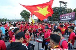 Cổ động viên 'nhuộm đỏ' đường cổ vũ đội tuyển Việt Nam gặp Malaysia