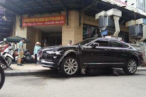 Xe sang 4 chỗ kéo lê xe máy 10m ở chợ Hàng Da, người dân vội nhảy ra ngoài thoát thân