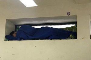 Nam sinh mang chăn gối và chiếu vào lớp học, ngủ say sưa mà vẫn 'qua mặt' được giáo viên bằng chiêu trò này khiến CĐM thích thú