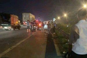 Băng qua đường cao tốc, nhóm công nhân bị ô tô đâm trúng
