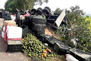 Quảng Ngãi: Lật xe tải, người dân giúp tài xế thu gom trái cây bị rơi