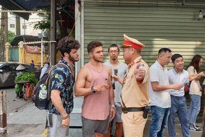Du khách, nhiều người dân bất ngờ khi phố cà phê đường tàu đóng cửa