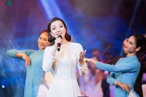 'Họa mi' Phạm Thu Hà hát mừng ngày Giải phóng thủ đô