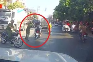 Clip: Cảnh sát quật ngã đôi nam nữ đi xe máy không đội mũ bảo hiểm còn tăng tốc bỏ chạy