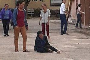 Vợ chạy theo xe trại giam, ngã quỵ trước sân tòa án khi biết chồng bị tử hình vì ma túy