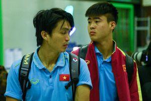 Nhiều tuyển thủ Việt Nam ngái ngủ trước giờ bay sang Indonesia