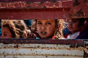 Trẻ em gào khóc theo cha mẹ bỏ chạy khỏi đợt tấn công của Thổ Nhĩ Kỳ