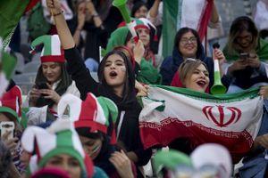 Hàng ngàn phụ nữ Iran lần đầu được xem bóng đá