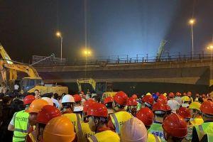 Sập cầu vượt cao tốc tại Trung Quốc, nhiều ô tô bị nghiền nát