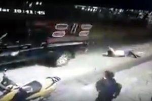 Thất hứa, thị trưởng bị dân dùng ôtô kéo lê khắp phố