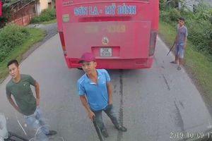 Nhóm thanh niên trên xe khách cầm điếu cày dọa đánh nhau giữa đường
