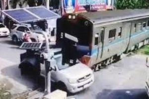 Thái Lan: May mắn sống sót sau khi bị tàu hỏa tông mạnh
