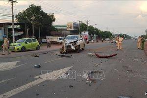 Hai xe ô tô đấu đầu làm 3 người bị thương nặng