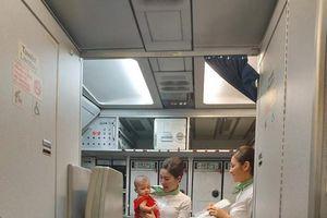 Hình ảnh tiếp viên Bamboo dỗ trẻ giúp mẹ bị mệt trên khoang máy bay