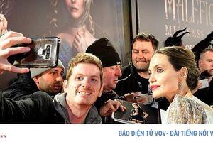 Angelina Jolie mặc đầm trắng khoe hình xăm lớn trong buổi ra mắt phim
