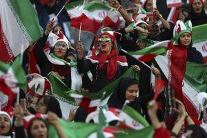 Phụ nữ Iran lần đầu được đến sân bóng đá sau nhiều thập kỷ bị cấm
