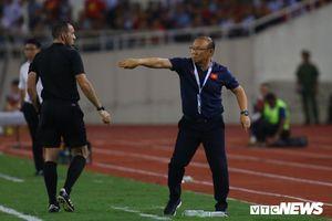 HLV Park Hang Seo đứng ngồi không yên, năm lần bảy lượt bị trọng tài nhắc nhở