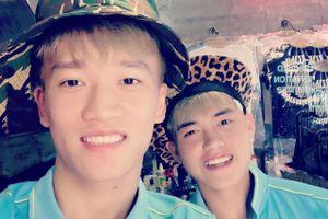 Vừa vào Sài Gòn, cầu thủ U22 than trời nắng, rủ nhau đi shopping