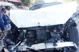 Mercedes S450 nát đầu sau cú đâm vào đuôi xe buýt