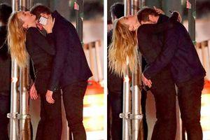 Liam Hemsworth ôm hôn tình mới trên phố đông người