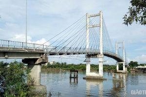 Chủ tịch Cà Mau chỉ đạo 'nóng' vụ dây cáp căng qua cầu Đất Mới