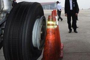 Liên tục phát hiện máy bay bị rách lốp sau khi hạ cánh