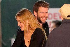 Liam Hemsworth ôm hôn bạn gái mới xinh đẹp sau khi ly hôn Miley Cyrus