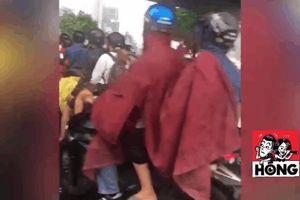 Người dân trú mưa kín đường - hình ảnh xấu xí dưới gầm cầu và hầm đường bộ trong cơn mưa chiều nay ở Sài Gòn